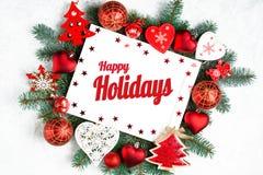 Счастливые праздники отправляют SMS с ветвями праздника вечнозелеными и деревом Нового Года photoframe, красным взглядом сверху у стоковое фото