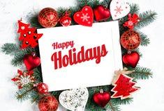 Счастливые праздники отправляют SMS с ветвями праздника вечнозелеными и деревом Нового Года photoframe, взглядом сверху украшений стоковая фотография