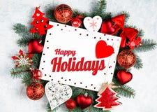 Счастливые праздники отправляют SMS с ветвями праздника вечнозелеными и деревом Нового Года photoframe, красным взглядом сверху у стоковое фото rf