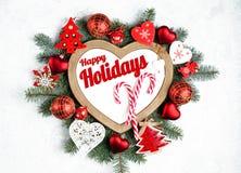 Счастливые праздники отправляют SMS с ветвями праздника вечнозелеными, рамкой в форме сердца стоковое фото rf