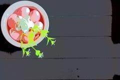 Счастливые праздники украшают дырочками пасхальные яйца и темную предпосылку стоковые изображения