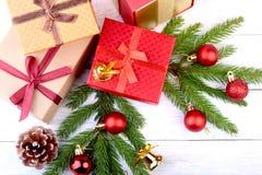 счастливые праздники Украшения Нового Года или рождества с подарочными коробками, свечами и шариками карточка 2007 приветствуя сч стоковая фотография