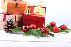счастливые праздники Украшения Нового Года или рождества с подарочными коробками, свечами и шариками карточка 2007 приветствуя сч стоковое изображение rf