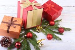 счастливые праздники Украшения Нового Года или рождества с подарочными коробками, свечами и шариками карточка 2007 приветствуя сч стоковые фотографии rf