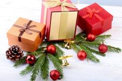 счастливые праздники Украшения Нового Года или рождества с подарочными коробками, свечами и шариками карточка 2007 приветствуя сч стоковое фото rf