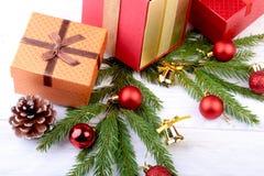 счастливые праздники Украшения Нового Года или рождества с подарочными коробками, свечами и шариками карточка 2007 приветствуя сч стоковые фото