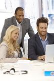 Счастливые предприниматели работая совместно стоковая фотография