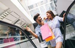 Счастливые привлекательные любящие пары наслаждаются ходить по магазинам совместно Стоковые Изображения