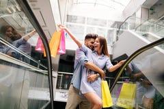 Счастливые привлекательные любящие пары наслаждаются ходить по магазинам совместно Стоковое Изображение RF