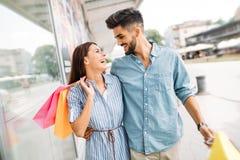 Счастливые привлекательные любящие пары наслаждаются ходить по магазинам совместно Стоковое фото RF