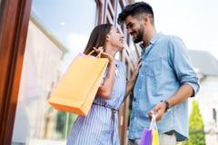 Счастливые привлекательные любящие пары наслаждаются ходить по магазинам совместно Стоковые Фото