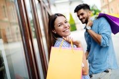 Счастливые привлекательные любящие пары наслаждаются ходить по магазинам совместно Стоковые Изображения RF