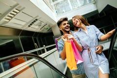 Счастливые привлекательные любящие пары наслаждаются ходить по магазинам совместно Стоковая Фотография