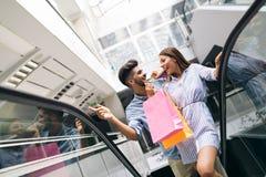 Счастливые привлекательные любящие пары наслаждаются ходить по магазинам совместно Стоковое Изображение