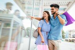 Счастливые привлекательные любящие пары наслаждаются ходить по магазинам совместно Стоковые Фотографии RF