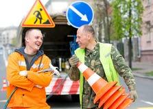 Счастливые работники техника маркировки знака уличного движения Стоковые Изображения RF