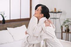 Счастливые радостные женщины обнимая один другого Стоковое Изображение RF