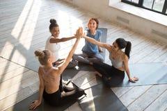 Счастливые разнообразные женщины дают празднуя успех спорта высоко 5 стоковое изображение rf