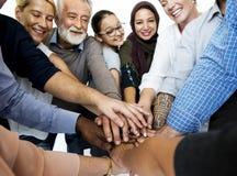 Счастливые разнообразные люди соединенные совместно стоковая фотография rf
