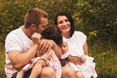 Счастливые родители и 2 дет совместно, outdoors Стоковое Фото