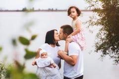 Счастливые родители и 2 дет совместно, outdoors Стоковые Изображения