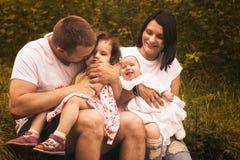 Счастливые родители и 2 дет совместно, outdoors Стоковое фото RF