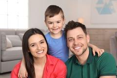Счастливые родители и их сын r стоковые фотографии rf
