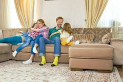 счастливые родители малышей Стоковые Изображения