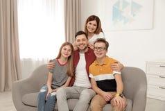 Счастливые родители с их детьми подростка стоковая фотография