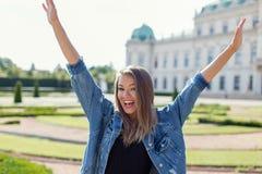 Счастливые руки женщины вверх Стоковые Фотографии RF