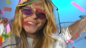 Счастливые свободные танцы женщины под дождем красочного confetti, свободы и молодости акции видеоматериалы