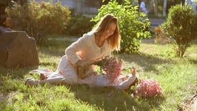 Счастливые семья, мать и дочь сток-видео