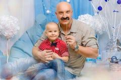 Счастливые семья, отец и сын в оформлении Нового Года, концепции праздников Нового Года стоковые фото