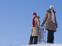 счастливые сестры sledding 2 Стоковые Фото