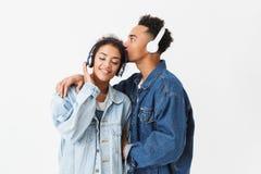 Счастливые симпатичные африканские пары в рубашках джинсовой ткани представляя совместно стоковые фото