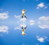 счастливые скача детеныши женщины Стоковые Изображения RF