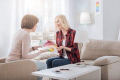 Счастливые славные женщины говоря друг к другу Стоковые Изображения RF