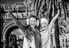 Счастливые современные мать и ребенок в ликование Барселоне, Испании стоковые изображения