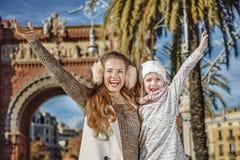 Счастливые современные мать и ребенок в ликование Барселоне, Испании стоковая фотография rf