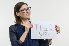 Счастливые спасибо показа коммерсантки Держит бумагу с текстом спасибо стоковое фото rf