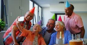 Счастливые старшие друзья принимая selfie с мобильным телефоном 4k видеоматериал
