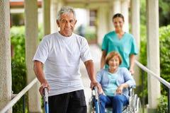 Счастливые старшие люди в доме престарелых стоковые изображения rf