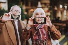 Счастливые старшие пары делая selfies на улице стоковое фото rf