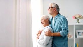 Счастливые старшие пары обнимая дома сток-видео