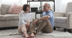Счастливые старшие пары обсуждая дома видеоматериал