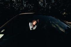 Счастливые старшие пары с новым автомобилем стоковые изображения rf