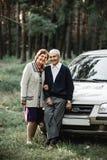 Счастливые старшие пары с новым автомобилем стоковые фотографии rf