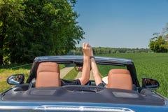 Счастливые старшие пары управляя современным автомобилем на их отключении каникул стоковое фото