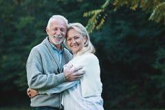 Счастливые старшие пары усмехаясь outdoors в природе стоковое фото rf