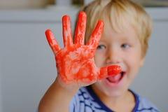Счастливые 3 старых лет красок пальца картины мальчика стоковое фото
